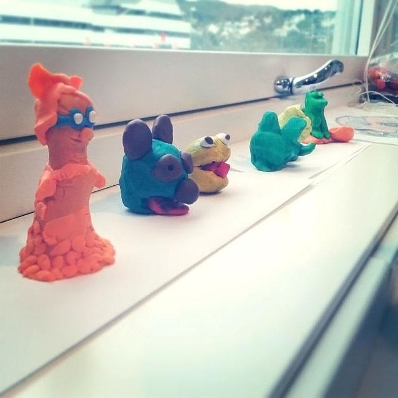 Her har barn på Åsane kultursenter laget sine egne figurer av modellerkitt.